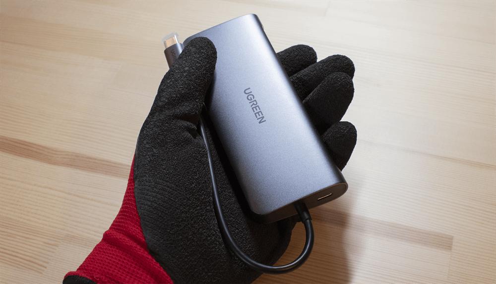 UGREEN USB-Cハブ 10in1は片手に乗る大きさ