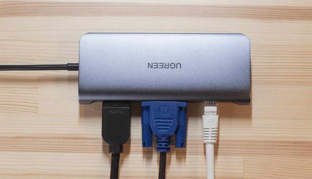 UGREEN USB-Cハブ 10in1にHDMI,VGA,Ethernetケーブルを接続している様子