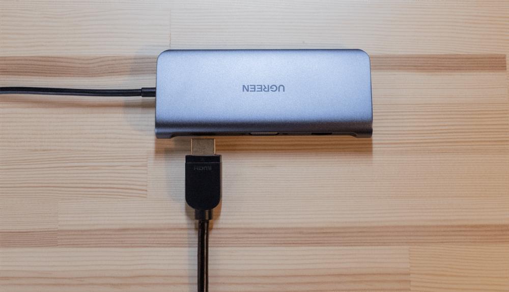 UGREEN USB-Cハブ 10in1にHDMIケーブルを接続する様子