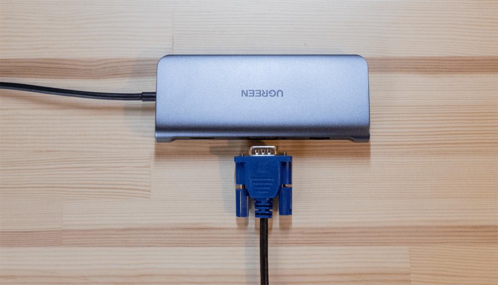UGREEN USB-Cハブ 10in1にVGAケーブルを接続する様子