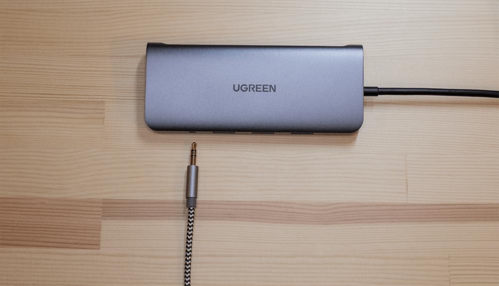 UGREEN USB-Cハブ 10in1の3.5mmオーディオジャックにケーブルを接続する様子